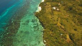 Playa hermosa de la visión aérea en una isla tropical Filipinas, área de Anda fotografía de archivo