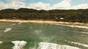 Playa hermosa de la visión aérea en una isla tropical Filipinas, Siargao metrajes