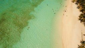 Playa hermosa de la visión aérea en una isla tropical Malcapuya filipinas almacen de video