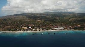 Playa hermosa de la visión aérea en una isla tropical Nusa Penida, Bali, Indonesia metrajes