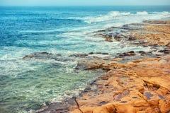 Playa hermosa de las piedras durante la tormenta de Sliema, Malta, Instagra foto de archivo