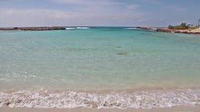 Playa hermosa de Nissi cerca de Ayia Napa en la isla de Chipre almacen de metraje de vídeo