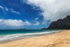 Playa hermosa de Waimanalo con agua de la turquesa y el cielo nublado foto de archivo