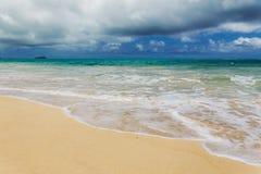 Playa hermosa de Waimanalo con agua de la turquesa y el cielo nublado imagen de archivo libre de regalías