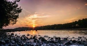 Playa hermosa durante puesta del sol en Rovinj, Croacia almacen de video