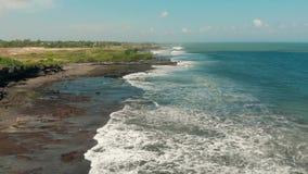 Playa hermosa en Indonesia, Bali Silueta del hombre de negocios Cowering 4K metrajes