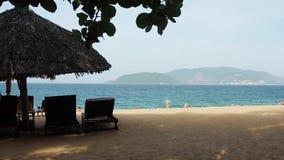 Playa hermosa en la playa almacen de metraje de vídeo