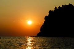 Playa hermosa en la puesta del sol Imágenes de archivo libres de regalías