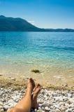 Playa hermosa en un día del cielo azul en el mar adriático, Croacia Fotografía de archivo