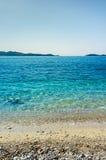 Playa hermosa en un día del cielo azul en el mar adriático, Croacia Imagenes de archivo