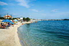 Playa hermosa en un día del cielo azul en el mar adriático, Croacia Foto de archivo libre de regalías