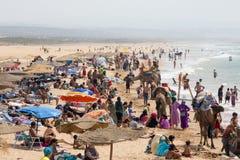 Playa hermosa por completo de la gente vacationing, Marruecos Imagen de archivo