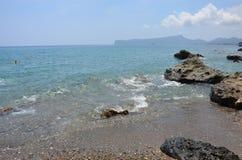 Playa hermosa por el mar Fotos de archivo