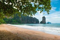 Playa hermosa que pasa por alto los acantilados y el mar de Andaman foto de archivo libre de regalías