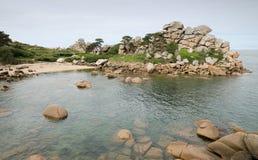 Playa hermosa, sola y tranquila con las rocas grandes. Imagen de archivo libre de regalías