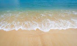 Playa hermosa y cielo azul imágenes de archivo libres de regalías