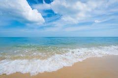Playa hermosa y cielo azul imagenes de archivo