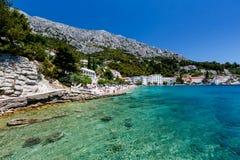 Playa hermosa y mar transparente cerca Fotos de archivo libres de regalías