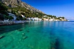 Playa hermosa y mar transparente de la turquesa Imágenes de archivo libres de regalías