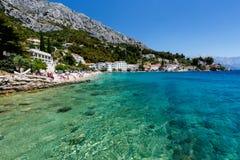 Playa hermosa y mar transparente de la turquesa Foto de archivo libre de regalías