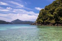 Playa hermosa y mar tropical Imagenes de archivo