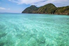 Playa hermosa y mar tropical Foto de archivo