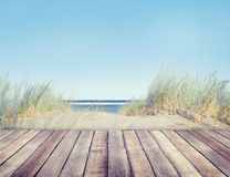 Playa hermosa y tablón de madera fotografía de archivo