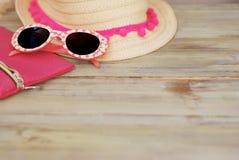 Playa Holliday Concept del verano Straw Female Hat y gafas de sol en un fondo de madera ligero Foco selectivo Copie el espacio Foto de archivo libre de regalías
