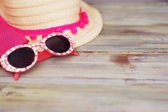 Playa Holliday Concept del verano Straw Female Hat y gafas de sol en un fondo de madera ligero Foco selectivo Copie el espacio Fotos de archivo libres de regalías