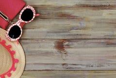Playa Holliday Concept del verano Straw Female Hat y gafas de sol en un fondo de madera ligero Foco selectivo Copie el espacio Foto de archivo
