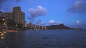 Playa, hoteles y cabeza del diamante en Waikiki en la oscuridad metrajes