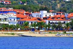 Playa idílica griega del verano del pueblo Imágenes de archivo libres de regalías