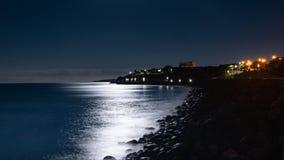 Playa iluminada por la luna de la playa foto de archivo libre de regalías