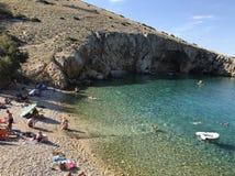 Playa imponente con el mar adriático claro en la isla Cres Imagen de archivo libre de regalías
