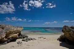 Playa imponente enmarcada por las rocas imagen de archivo