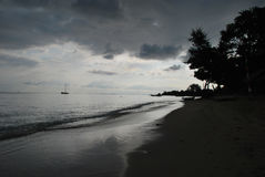 Playa Indonesia en la oscuridad Fotografía de archivo