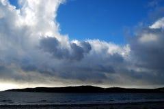 Playa, isla y nubes, Escocia Imagenes de archivo