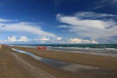 Playa Italia de Bibione con el cielo azul y las sombrillas claros Fotos de archivo libres de regalías