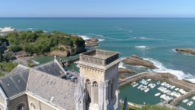 Playa 4k aéreo de la costa del panorama de la catedral de Francia Biarritz almacen de metraje de vídeo