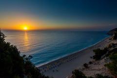 Playa Lefkada de Egremni en la puesta del sol Imagen de archivo