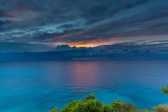Playa Lefkada de Egremni en la puesta del sol Imagenes de archivo