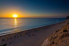 Playa Lefkada de Egremni en la puesta del sol Fotografía de archivo libre de regalías