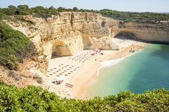 Playa lista para relajar a turistas Fotos de archivo