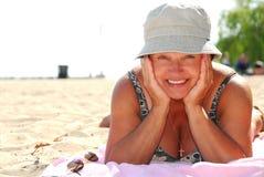 Playa madura de la mujer fotografía de archivo