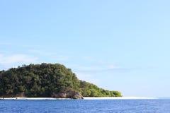 Playa magnífica de la isla de piedra áspera y mar azul tropical en el verano, Lipe Tailandia Imágenes de archivo libres de regalías