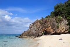 Playa magnífica de la isla de piedra áspera y mar azul tropical en el verano, Lipe Tailandia Fotografía de archivo
