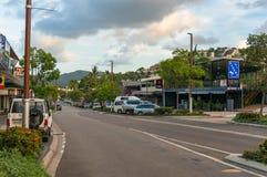 Playa Main Street de Airlie con las tiendas, los alojamientos y los cafés imagenes de archivo