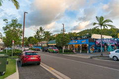 Playa Main Street de Airlie con las tiendas, los alojamientos y los cafés imagen de archivo libre de regalías