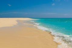 Playa, mar y cielo azul profundo fotografía de archivo