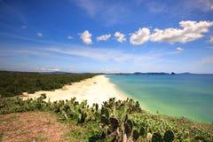Playa maravillosa con la montaña alrededor imágenes de archivo libres de regalías